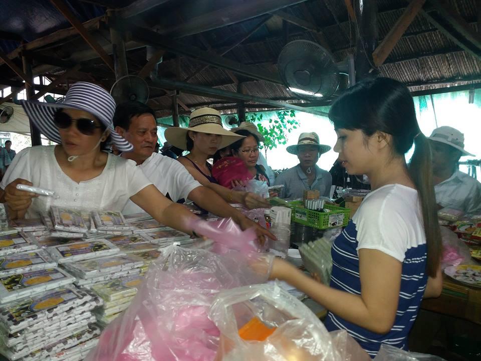 Tham quan và mua đặc sản kẹo dừa - Tour du lịch tát mương bắt cá ở Tiền Giang