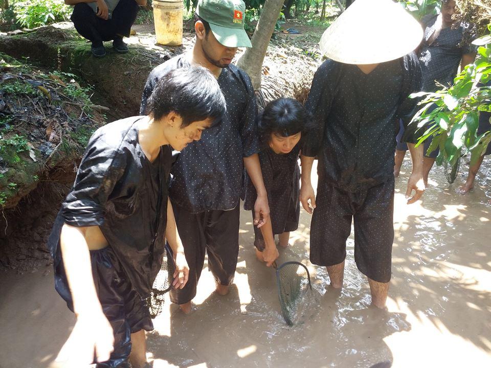 Tour du lịch tát mương bắt cá - Du lịch Bến Tre Tiền Giang