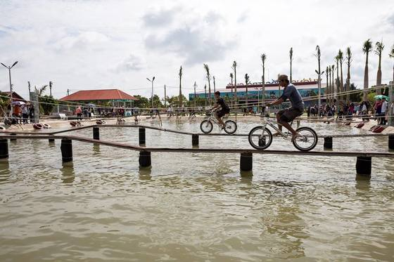 Chạy xe đạp qua hồ nước