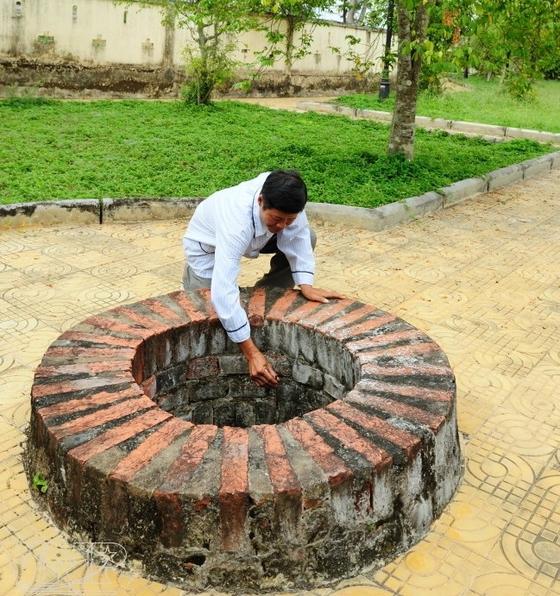 Giếng nước cổ xây bằng gạch vồ trong khuôn viên Lăng Hoàng Gia