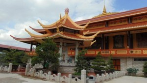 Bên ngoài chánh điện Thiền viện